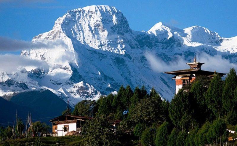 Gasa_Dzong_and_Kang_Bum_(6526m)_from_Gasa_village